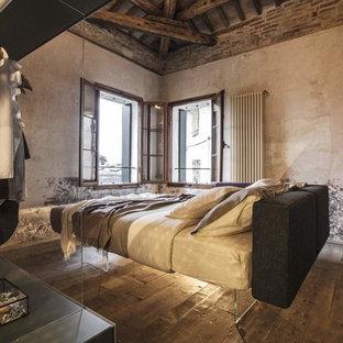 Foto di una camera matrimoniale industriale con parquet scuro, pavimento marrone e nessun camino