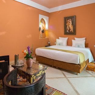 Idee per una camera matrimoniale mediterranea con pareti arancioni e pavimento beige