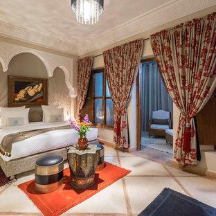 Idee per una camera matrimoniale mediterranea con pareti beige e pavimento beige
