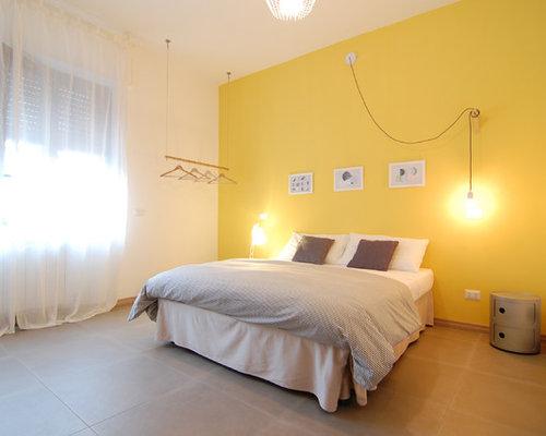 Grande camera da letto con pareti gialle - Foto e Idee per Arredare