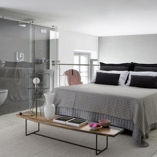 Idee per una camera da letto stile loft contemporanea di medie dimensioni con pavimento bianco, pareti bianche e pavimento in legno verniciato