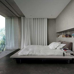 Стильный дизайн: большая хозяйская спальня в современном стиле с бежевыми стенами, полом из керамогранита и коричневым полом - последний тренд