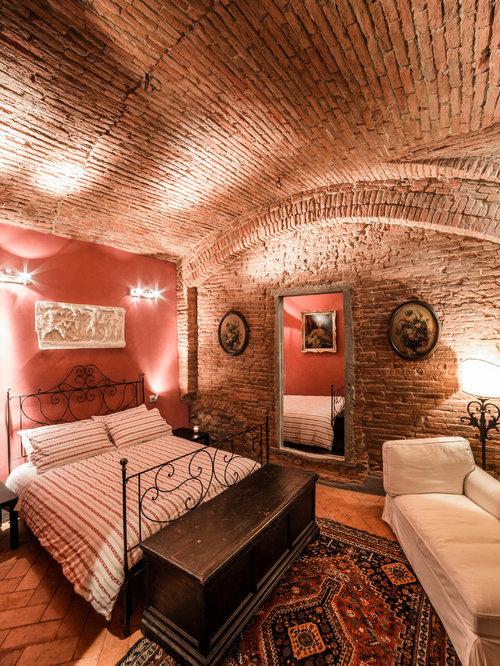 chambre avec un sol en brique et un mur rouge photos et id es d co de chambres. Black Bedroom Furniture Sets. Home Design Ideas