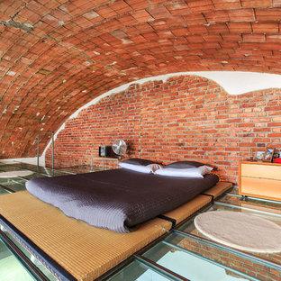 Immagine di una grande camera da letto stile loft industriale con pareti rosse