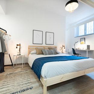 Ispirazione per una camera degli ospiti nordica con pareti bianche, nessun camino e pavimento beige
