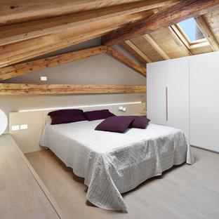 Foto di una camera da letto minimal con pareti grigie, parquet chiaro e pavimento beige