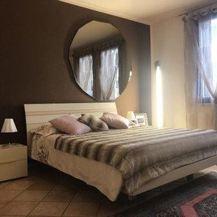 Diseño de dormitorio principal, moderno, de tamaño medio, sin chimenea, con paredes marrones, suelo de travertino y suelo rosa