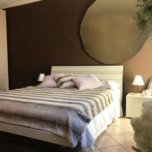 Foto de dormitorio principal, minimalista, de tamaño medio, sin chimenea, con paredes marrones, suelo de travertino y suelo rosa