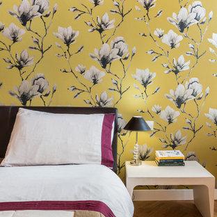 ミラノの中サイズのコンテンポラリースタイルのおしゃれな主寝室 (マルチカラーの壁、淡色無垢フローリング、茶色い床) のインテリア