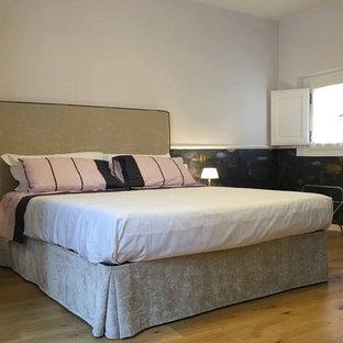Ispirazione per una camera matrimoniale minimal di medie dimensioni con pareti grigie, parquet chiaro e pavimento giallo