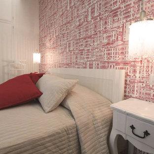 Imagen de dormitorio principal, de estilo de casa de campo, pequeño, con paredes rojas, suelo vinílico y suelo gris