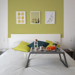 Immagine di una camera da letto contemporanea con pareti verdi