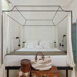 Ispirazione per una piccola camera padronale mediterranea con pareti bianche e parquet chiaro