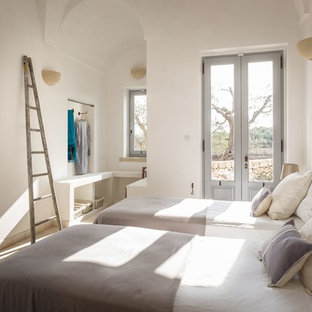 Idéer för att renovera ett medelhavsstil gästrum, med vita väggar och beiget golv