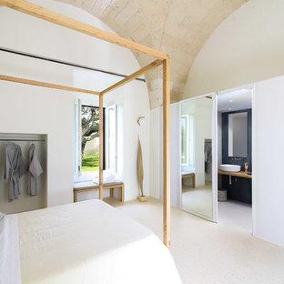 Ispirazione per una grande camera matrimoniale mediterranea con pareti bianche, camino lineare Ribbon e pavimento bianco