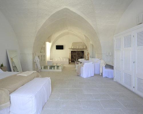 Camera da letto con pavimento in pietra calcarea - Foto e Idee per ...