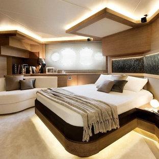 Foto di una piccola camera da letto design con pareti marroni, moquette e pavimento beige