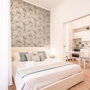Idee per una piccola camera matrimoniale mediterranea con pareti bianche, pavimento in terracotta e pavimento rosso