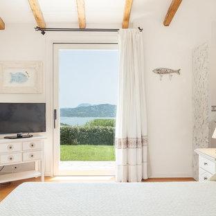 Idee per una camera degli ospiti mediterranea con pareti bianche, pavimento in legno massello medio e pavimento marrone