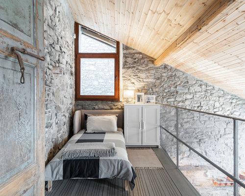 Camera da letto stile loft con pareti grigie - Foto e Idee per Arredare