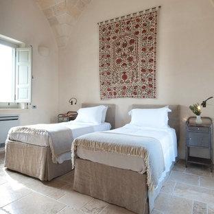 Idee per una camera da letto mediterranea con pareti beige e pavimento beige