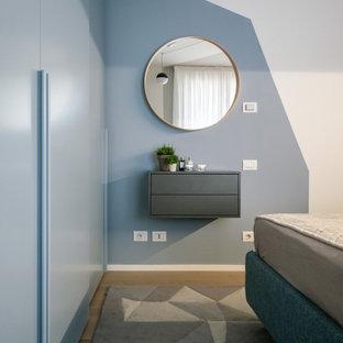 Imagen de dormitorio principal, nórdico, pequeño, con paredes multicolor y suelo de madera clara