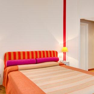 Esempio di una camera padronale design con pareti bianche, pavimento in legno verniciato e pavimento beige
