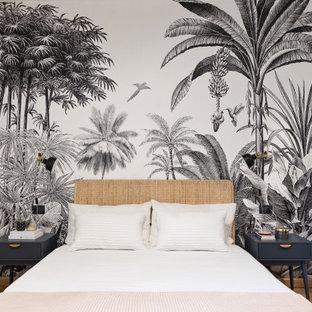 Ispirazione per una camera da letto contemporanea di medie dimensioni con pareti bianche, pavimento in legno massello medio e pavimento beige