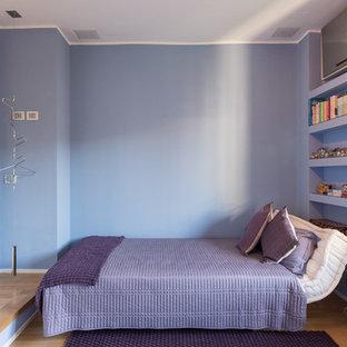 Foto di una camera degli ospiti contemporanea di medie dimensioni con parquet chiaro