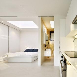 Imagen de dormitorio principal, minimalista, con paredes blancas y suelo de baldosas de porcelana