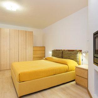 Идея дизайна: маленькая гостевая спальня в стиле рустика с белыми стенами, паркетным полом среднего тона, горизонтальным камином, фасадом камина из металла и бежевым полом