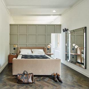 Ispirazione per una grande camera matrimoniale chic con pareti bianche e parquet scuro