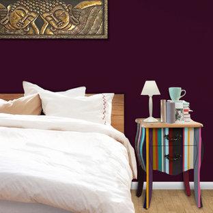 Imagen de dormitorio principal, asiático, pequeño, sin chimenea, con paredes púrpuras, suelo laminado y suelo marrón