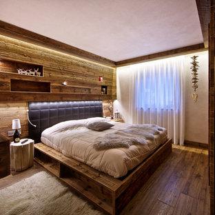 Imagen de dormitorio principal, rústico, de tamaño medio, con suelo de madera oscura y paredes blancas