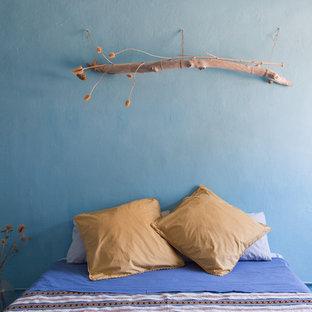 Свежая идея для дизайна: хозяйская спальня в средиземноморском стиле с синими стенами, полом из терракотовой плитки и красным полом - отличное фото интерьера