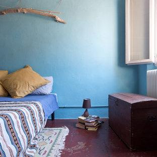 Imagen de dormitorio principal, mediterráneo, con paredes azules, suelo de baldosas de terracota y suelo rojo