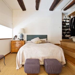 Esempio di una camera matrimoniale bohémian di medie dimensioni con pareti bianche, moquette e pavimento beige