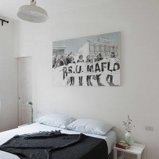 ミラノの中サイズの北欧スタイルのおしゃれな主寝室 (白い壁、淡色無垢フローリング、コーナー設置型暖炉、茶色い床)