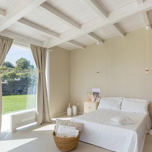 Esempio di una camera padronale in campagna con pareti beige