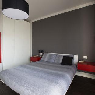 Ispirazione per una camera matrimoniale contemporanea di medie dimensioni con pareti grigie, parquet scuro e pavimento marrone