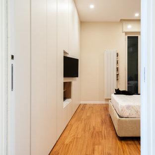 Неиссякаемый источник вдохновения для домашнего уюта: большая хозяйская спальня в стиле модернизм с бежевыми стенами, светлым паркетным полом и красным полом