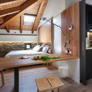 Imagen de dormitorio rústico, sin chimenea, con paredes blancas, suelo de madera en tonos medios y suelo marrón