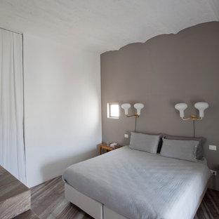 Modelo de dormitorio principal, vintage, de tamaño medio, con paredes multicolor y suelo de mármol