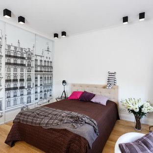 Foto di una camera matrimoniale contemporanea con pareti bianche, parquet chiaro e pavimento marrone