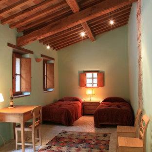 Esempio di una camera degli ospiti country con pareti verdi e nessun camino