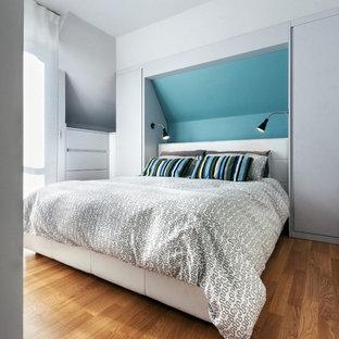 Ispirazione per una piccola camera matrimoniale contemporanea con pareti bianche, pavimento in legno massello medio, nessun camino e pavimento marrone