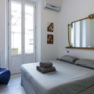 Foto di una camera degli ospiti minimalista con pareti bianche e parquet chiaro