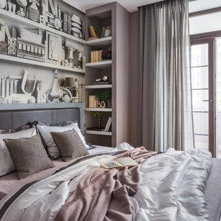 На фото: со средним бюджетом хозяйские спальни среднего размера в современном стиле с розовыми стенами, светлым паркетным полом и бежевым полом