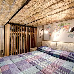 Idéer för att renovera ett mellanstort industriellt huvudsovrum, med beige väggar, mellanmörkt trägolv och brunt golv