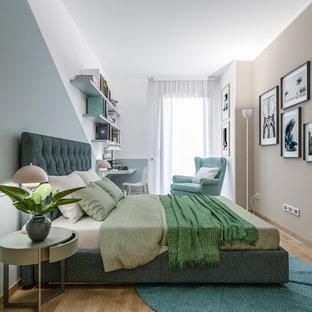 Foto de dormitorio principal, nórdico, pequeño, con paredes multicolor y suelo de madera clara